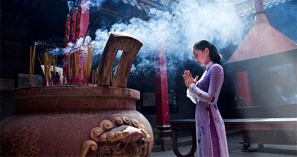 Văn khấn cầu duyên trước bàn thờ mẫu và cách sắm lễ cầu duyên