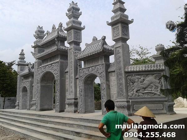Cổng đền được làm từ những khối đá xanh cao cấp nhất