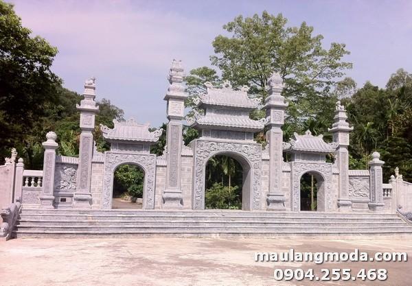 Cổng đền được chế tác đơn giản từ đá xanh