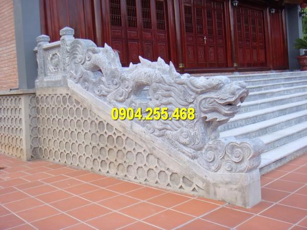 Rồng đá bậc thềm trước của nhà thờ họ, đình chùa