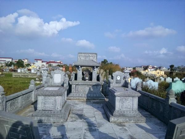 Khuôn viên lăng mộ đá tự nhiên đẹp