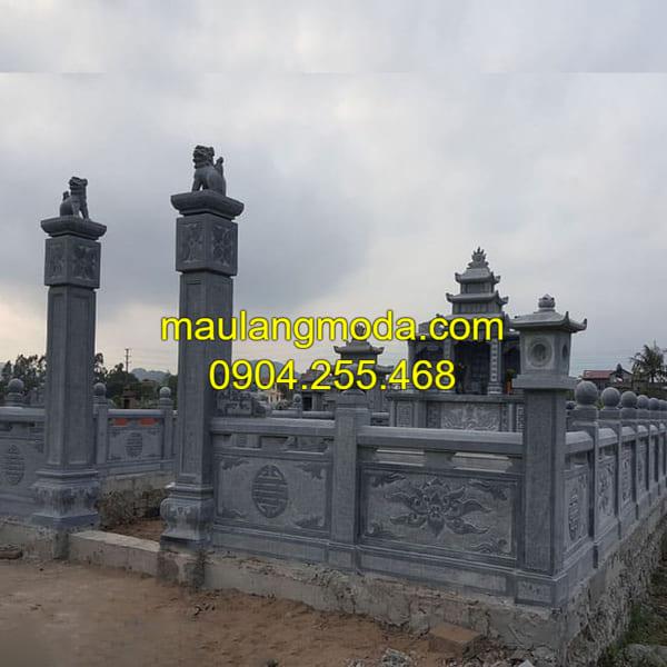 Khu mộ gia đình được làm từ chất liệu đá xanh nguyên khối